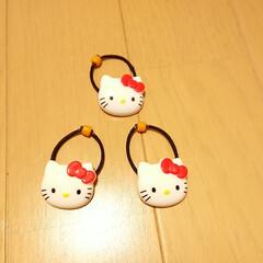 ハンドメイド/手作りアクセサリー/ヘアアクセ/ヘアアクセサリー/ヘアゴム/キティ/... 可愛いボタンがあったので小さなお子様用の…