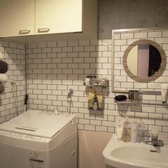 ホテルライク/タオルホルダー/ディッシュスタンド/壁紙/壁紙屋本舗/白タイル/... よくある賃貸の洗面所を取り外し、 白タイ…