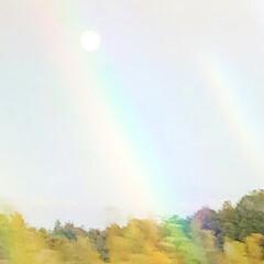 風景/旅 昼間の月を撮ったら 虹がかかってました‼…