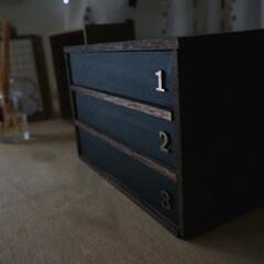 棚/黒板/男前インテリア/男前/DIY/100均/... 初めて作った棚。 セリアの箱を黒板塗料で…