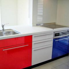 阿部興業株式会社/明るい空間/ストリップ階段/トリコロールカラー/白い家/栃木県 白い家 階段やキッチンにポイントの色  …(3枚目)