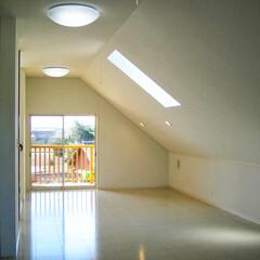 阿部興業株式会社/明るい空間/ストリップ階段/トリコロールカラー/白い家/栃木県 白い家 階段やキッチンにポイントの色  …(5枚目)