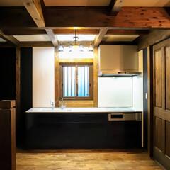 コーヒーのある暮らし/コーヒー/シックな色/栗無垢フローリング/ひのきの家/TOTOキッチン/... 木の内装とシックな色のキッチン 濃いブル…