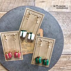 クリスマス雑貨/プレゼント型/手作りアクセサリー/アクセサリー/ピアス/イヤリング/... 羊毛フェルトでプレゼント型を作り耳飾りに…