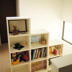 本棚 階段脇の本棚は、本を置く以外にもいろんな…