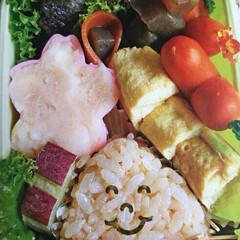 可愛い/秋色/お弁当/セリア 秋色弁当です。 イガを素麺で❣️ 栗🌰の…