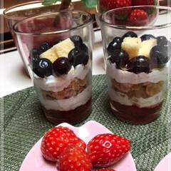 苺パフェ/チョコレート/アイスクリーム/生クリーム/コーンフレーク/ブルーベリー/... 苺パフェ🍓作りました(*ˊ˘ˋ*)♪ し…(5枚目)
