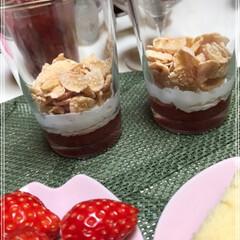苺パフェ/チョコレート/アイスクリーム/生クリーム/コーンフレーク/ブルーベリー/... 苺パフェ🍓作りました(*ˊ˘ˋ*)♪ し…(6枚目)