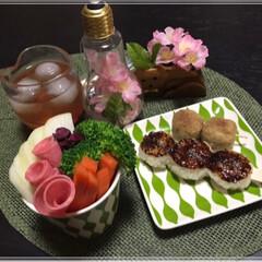 お花見/🍘/さくら/手作り梅酒/カップサラダ/つくね/... お花見しましょ~🌸 昨日買ったダイソー食…