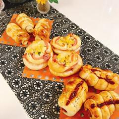 手作りパン/チーズちくわ/ハムコーン/ウインナー/100均/節約/... パン焼きました(*ˊᗜˋ)w雑だけど💦 …