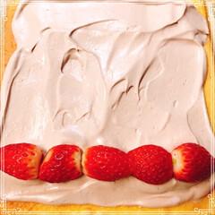 ブッシュドノエル/いちご/生クリーム/チョコレートケーキ/いちごサンタ/クリスマス2019/... 生チョコブッシュドノエル🎄  いちご🍓入…(3枚目)