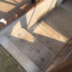ビー玉/駐車場/階段/玄関/雑貨/DIY/... カーポートと庭をつなぐ階段です、以前は違…(2枚目)