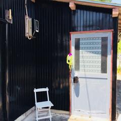 黒/ペンキ塗り/外観/ドア/DIY/雑貨/... 白に塗ったイスを置いてみました〜(o^^…