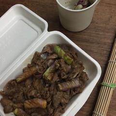 お弁当 牛丼弁当🍱  長生き味噌汁。  (1枚目)