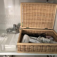 白いバスルーム/オープンな棚/クリアケース/カゴ/掃除しやすいバスルーム/収納/... 洗面台の横のオープンな棚。  ドライヤー…