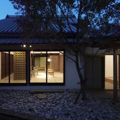 庭/屋根/石目柄、和風/モダン/ガーデン/ガーデニング 中庭から食事室を見る。