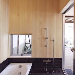 お風呂/黒/暖色/木目柄 露天風呂感覚の浴室です。