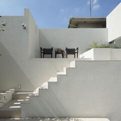 テラス 地中海ミコノス島を思わせる白い外壁と階段