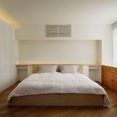ナチュラル 白基調のインテリアに木彫の家具と扉が映え…