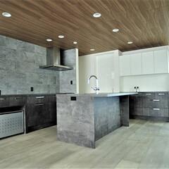 無垢床/無垢フローリング/バイオエタノール暖炉/天井/タイル貼りの壁/石張りの壁/... ビルトインガレージは3台に、合わせて玄関…