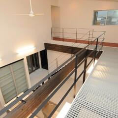 FRPグレーチング/グレーチングバルコニー/ファイバーグレーチング/廊下 2階廊下の床にFRPのグレーチング・1階…
