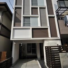 狭小地/狭小住宅/自然素材/注文住宅/トーヨーキッチン/モダン住宅/... 間口4mの狭小住宅、外観ファサードは変則…