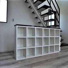 作る付け/収納/造作 階段ホールに手摺かわりに収納棚を造り付け…