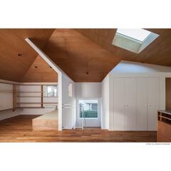 チーク/無垢/高い天井/トップライト/天窓/階段/... 【サンチャノヤネ】大きな屋根の下のLDK…