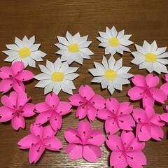 ハンドメイド/小さい春 折り紙で桜🌸とマーガレットの花🌼を折って…