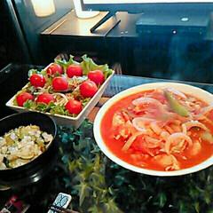 フード/おうちごはん 今日は鶏肉のトマト煮とサラダ🍴 赤色強め…