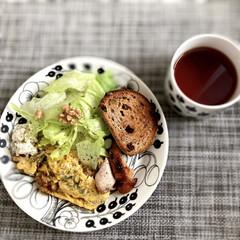 Arabia アラビア ブラック パラティッシ プレート 21cm | イッタラ(皿)を使ったクチコミ「最近よく摂っているくるみを卵に混ぜて、オ…」