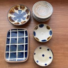 やちむん 取皿 中城窯 4.5寸皿 点打_飴+コバルト 丸皿 小皿 ドット おしゃれ 琉球焼 沖縄陶器 皿 食器(皿)を使ったクチコミ「旅先で購入した小さなお皿たち。 眺めてい…」