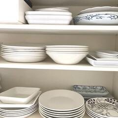 イッタラ ティーマ プレート 21cm ホワイト IITTALA 16452 | イッタラ(皿)を使ったクチコミ「食器棚の様子。白い食器が多いです。 何年…」