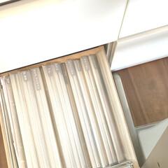 STOKKE トリップトラップチェア TRIPP TRAPP 子供椅子 ダイニング ベビー チェア イス ストッケ社(ベビーラック、チェア)を使ったクチコミ「リビング棚収納。 クリアファイルに雑誌の…」