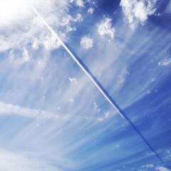 影/飛行機雲/雲 高い雲に一筋の白い線。 チョークで書いた…(1枚目)