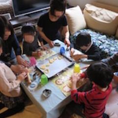 子供/手作り/お菓子 ハートの型を使って、生地をくりぬいていく…(1枚目)