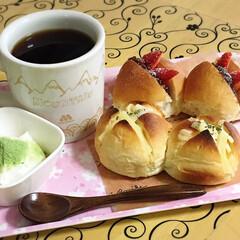 おうちカフェ 丸パンチーズ乗せ、丸パン餡いちご♪