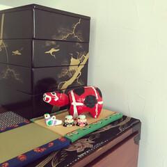 玄関周りの雑貨/和モダンインテリア/手作りのスリッパ入れ/ハンドメイド/鳩笛/赤べこ/... 玄関には、猫モチーフの傘立て、肉球タイル…(3枚目)