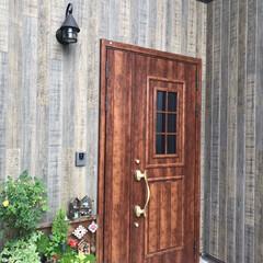 トイプードル/ペットと暮らす/ウッドデッキ/タイル雑貨/グリーンのある風景/グリーンのある暮らし/... お家の顔といわれる玄関です。 LIXIL…
