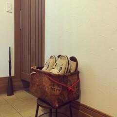 玄関周りの雑貨/和モダンインテリア/手作りのスリッパ入れ/ハンドメイド/鳩笛/赤べこ/... 玄関には、猫モチーフの傘立て、肉球タイル…(4枚目)