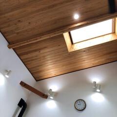 スポットライト/ダウンライト/LED電球/吹き抜け/杉板天井/天窓のある家/... 吹き抜けの有るダイニングです。 天窓が有…