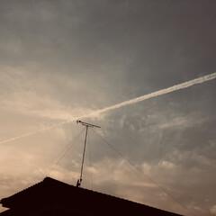 暮らし 夕方の飛行機雲  明日は、天気下り坂  …