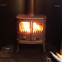 薪ストーブ デザインも美しく、家全体を暖めてくれる薪…