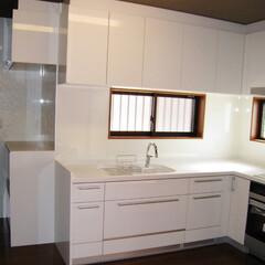 スタイリッシュなキッチン 清潔感あふれる真っ白なキッチン。