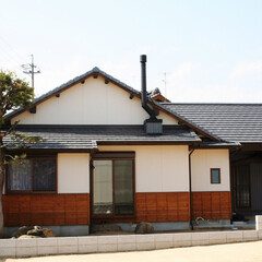 軽量瓦/しっくい/ガルバリウム鋼板/羽目板/煙突 外観は和の雰囲気を残しながら、屋根は地震…