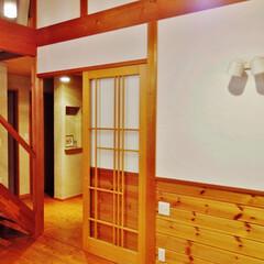 しっくい/腰壁/無垢パイン材 クロスをやめ、しっくい&腰壁&無垢の床材…