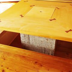 無垢天板/大谷石 大谷石を使った囲炉裏を部屋の中央に。 無…