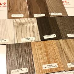 フロアパネル/ホワイトオーク/床材/セルフリノベーション/モノトーン/インテリア/... 床材を選んで貼っていきます。 サンプル取…