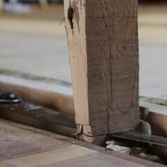 和室改造/砂壁/セルフリノベーション/中古物件/リノベーション/壁を壊す/... 低い方の床に合わせた柱を切断!  htt…(1枚目)