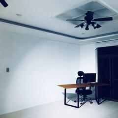 スポットライト/ダークウォルナット/デスクワーク/机の作り方/男前インテリア/ワトコオイル/... 椅子とモニターを設置してパソコンデスクに…